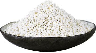 白毛もち米が皿に盛られている写真
